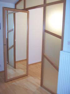 Innenliegender Spiegel in Glasfront