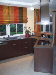 Küche mit schwarzer Granitplatte