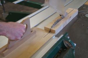 Sicheres Arbeiten an Holzbearbeitungsmaschinen, knifflige Aufgabe an der Kreissäge