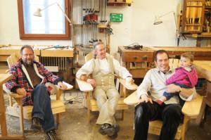 Probesitzen auf selbst gebauten Adirondack chairs