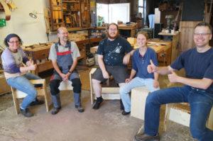 Die Teilnehmer des Kurses mit ihren selbst hergestellten Hockern