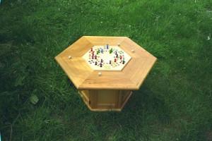 Spieletisch mit sechseckigen Spielen