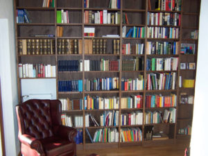Viele Buchreihen in einer Bibliothek