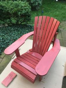 Adirondack chair rot gestrichen