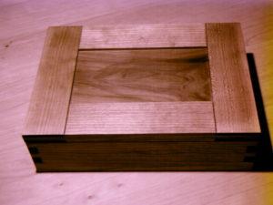 Ein Deckel mit Schlitz und Zapfen Verbindungen auf einem Kästchen mit gezinkten Ecken.